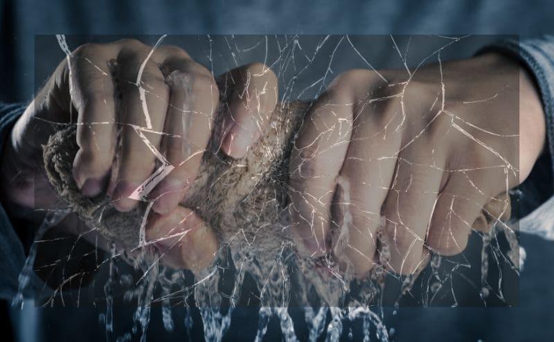 タオルを絞り破けるイメージ